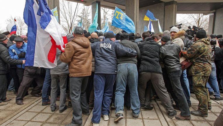 Pro-Russische activisten en etnisch-islamitische Tataren raken slaags in Simferopol. Beeld epa
