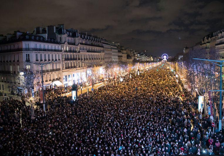 De Champs Élysées in Parijs stond helemaal vol. Beeld REUTERS