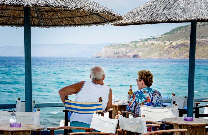 Toeristen in de zon op een terras op het Griekse eiland Lesbos.