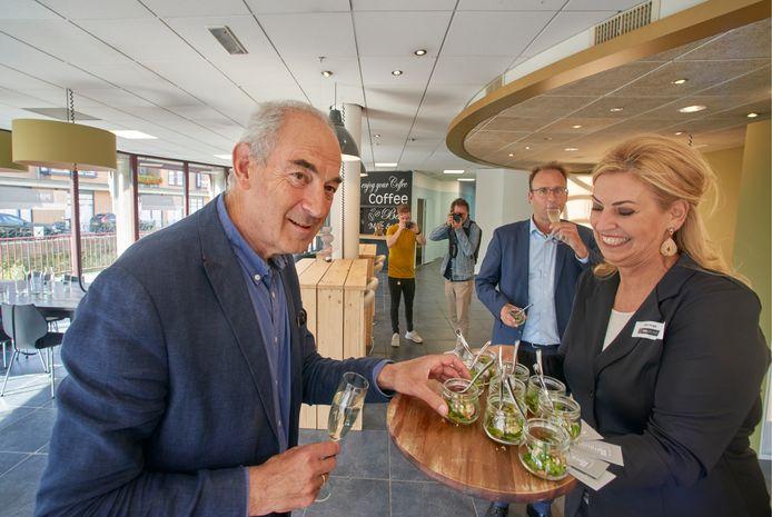 Job Cohen opende donderdag PIM Werkt op de Markt in Veghel. Op de achtergrond wethouder Menno Roozendaal.