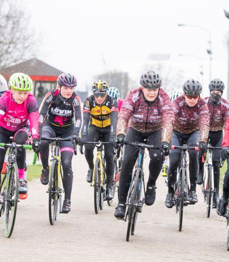 Zwaluwen Almelo laat jeugd spelenderwijs kennismaken met wielersport