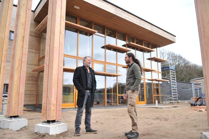 Avolare-directeur Thijs Devlin (rechts) bij de nieuwbouw van Avolare in gesprek met initiatiefnemer en geldschieter Gert-Jan Nefkens.