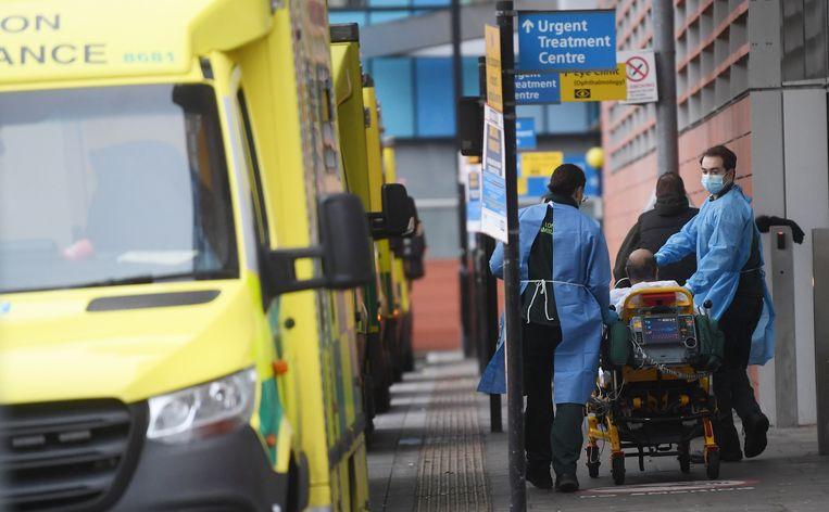 Een coronapatiënt wordt woensdag in Londen naar het ziekenhuis vervoerd Beeld EPA