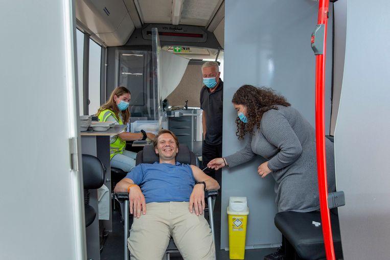 Tim Spierenburg kan nog wel eens flauwvallen na het krijgen van een prik, daarom krijgt hij liggend zijn vaccinatie. Beeld Maartje Geels