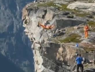 Turnstunt loopt grondig mis: stang breekt en basejumper stort in klif van 1.200m diep