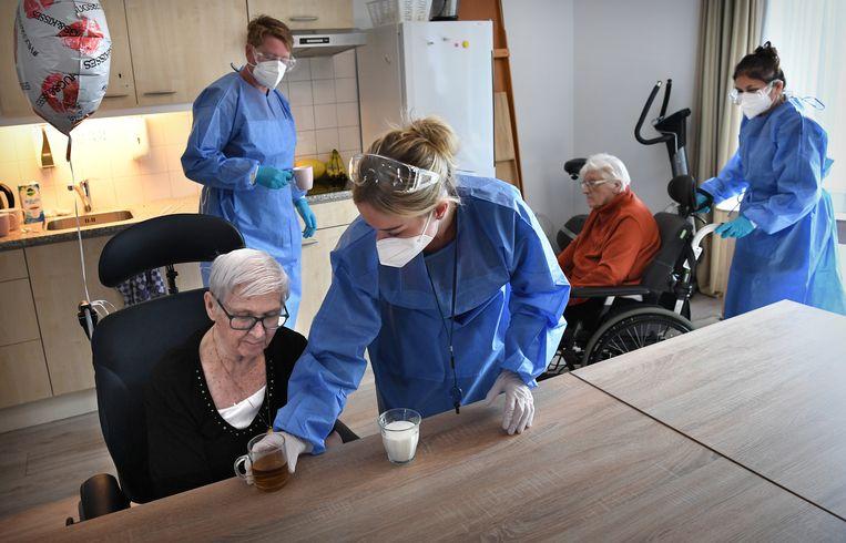 De corona-afdeling van een verpleeghuis in Leerdam.  Beeld Marcel van den Bergh / de Volkskrant