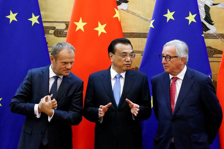 EU-president Donald Tusk, de Chinese Premier Li Keqiang and EU-commissievoorzitter Jean-Claude Juncker maandag in de Grote Hal van het Volk in Beijing. Beeld Foto Reuters