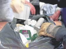 Politie deelt foto van dood hondje dat in vuilniszak uit water is gevist: 'Respectloos, wie heeft dit gedaan?'