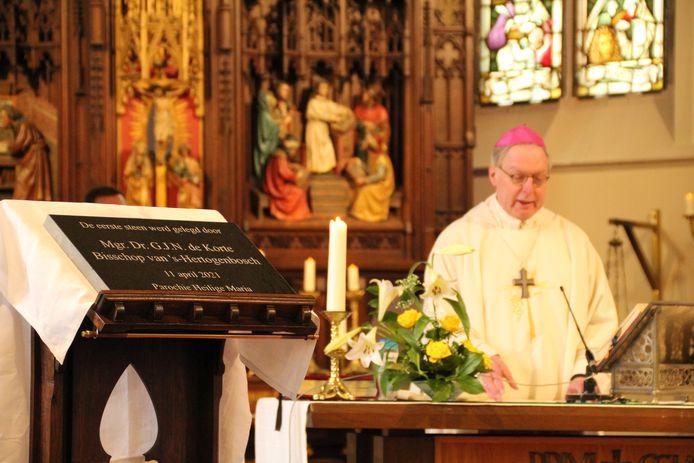 Bisschop de Korte na het zegening van de plaquette (op de voorgrond)