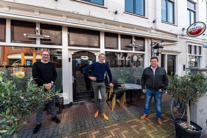 Dit zijn de drie nieuwe eigenaren van café 'Bij Moeders', dat de nieuwe naam 'Het Wapen van Steenbergen' gaat krijgen.  v.l.n.r. : Ronald van der Sandt, Ewout van den Berg & Johan Bosters.
