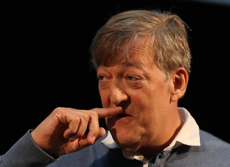Stephen Fry: 'Bizar: mijn vrijgezellenbestaan begon bij de brede verspreiding van aids en duurde tot de brede verspreiding van antivirale medicatie.' Beeld Photo News