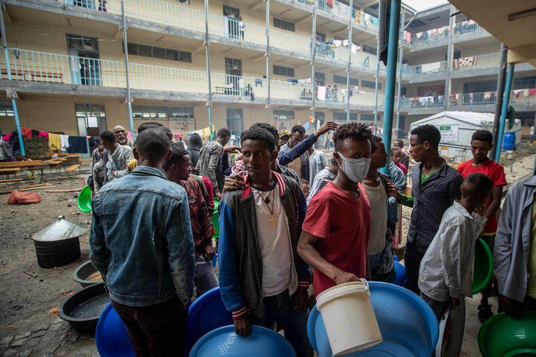 Gevluchte Tigrayers staan in de rij voor water in Mekele, de hoofdstad van Tigray waar een burgeroorlog woedt.   Beeld AP