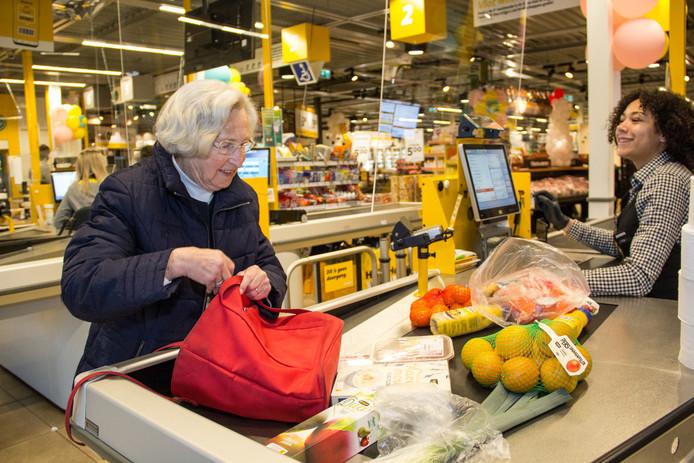 Om het risico op besmetting voor kwetsbare ouderen te beperken, mogen uitsluitend zij tussen 07.00 en 08.00 uur boodschappen doen bij de Jumbo's in Krimpen aan den IJssel.
