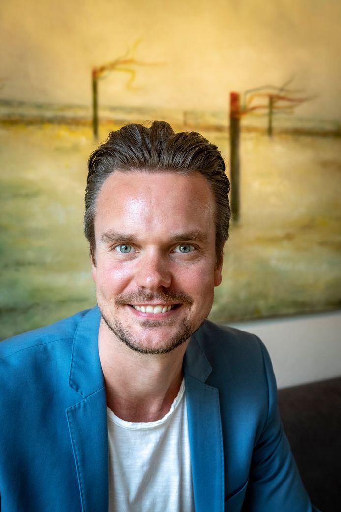"""Diemer van Wijk (ook bekend als nar in Bergen) zwaait af als artistiek leider en regisseur bij de BOV. ,,Dat afscheid is een mijlpaal. En mijlpalen zijn bedoeld om slingers aan op te hangen."""""""