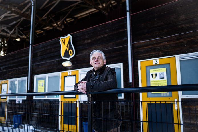 Coen Zwiers, voorzitter van VVO, voor de oude tribune op de Pnkenberg.
