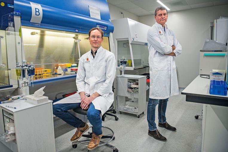 Wetenschappers Jeroen den Dunnen (links) en Menno de Winther in het laboratorium van het Amsterdam UMC. Door hun onderzoek kunnen heftige reacties op het coronavirus mogelijk worden afgezwakt. Beeld Guus Dubbelman / de Volkskrant