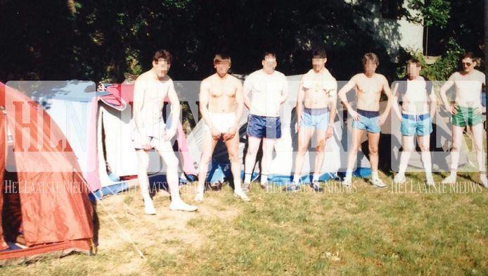 De man rechts op de foto is Christiaan B., alias 'De Reus'. De foto werd genomen tijdens een verblijf met collega-rijkswachters in de Ardèche.