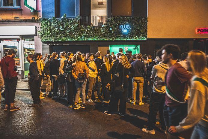 In de nacht van vrijdag op zaterdag was het bij momenten erg druk in de Overpoortstraat.