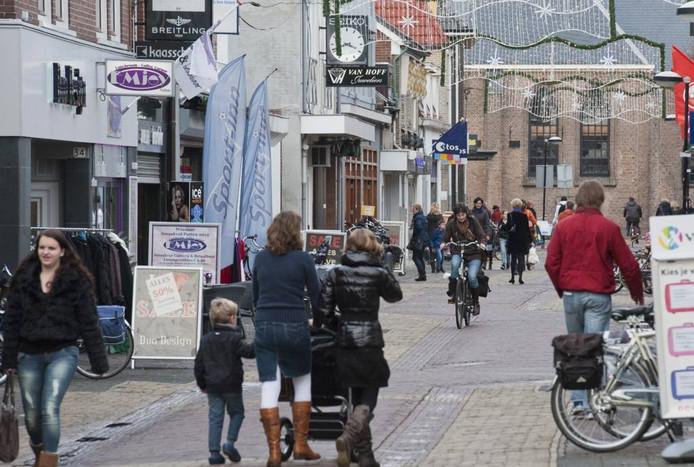 Blik op de smalle Beekstraat en Kerkstraat in het winkelcentrum van Putten. Ze staan op de nominatie voor een opknapbeurt, maar of het genoeg is om de kooplust weer op te wekken in 2013 is ongewis. foto Ruben Schipper