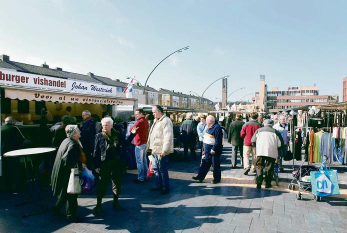 De weekmarkt op het Meerpaalplein in Dronten.