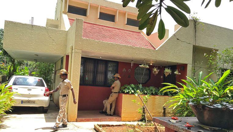 Politieagenten bij het huis van Gauri Lankesh.