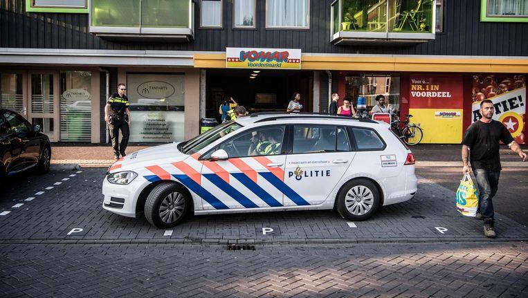 Politie voor de supermarkt in de wijk Poelenburg in Zaandam. Beeld anp