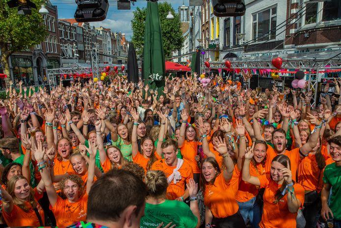 Feesten in de Molenstraat in Nijmegen tijdens de Introweek van 2021.