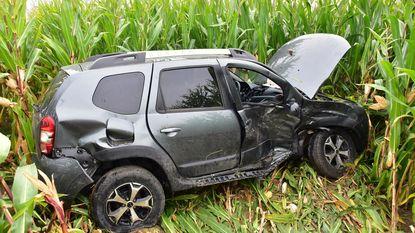 Auto in maïsveld na botsing op kruispunt