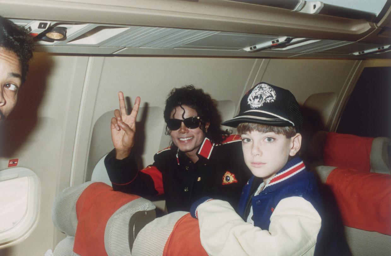 Volgens James Safechuck (hier 10 en mee op tour in 1988) beloonde Jackson hem in ruil voor seks. Beeld Getty Images