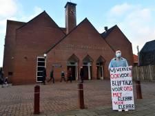Chris (27) protesteert bij Barneveldse kerk tegen het toelaten van 200 gelovigen