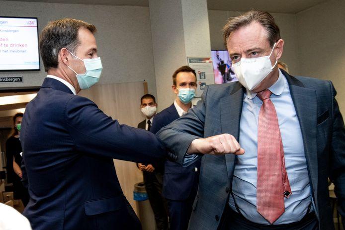 Vorige maand liep premier Alexander De Croo (Open Vld) N-VA-voorzitter Bart De Wever tegen het lijf in een Antwerps ziekenhuis. Met een 'klinische' ellebooggroet tot gevolg.