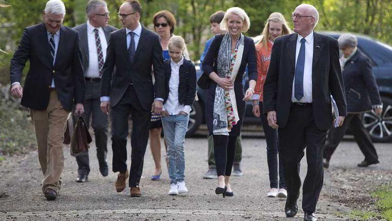 Formateur Jan Mans (R), de voorgedragen wethouders Jim Janssen (2e L) en Chantal Nijkerken (3e R) arriveren voor een extra openbare Raadsvergadering voor de benoeming van twee nieuwe wethouders. Beeld anp