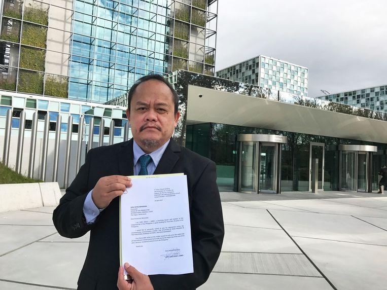 Jurist Jude Josue Sabio met de documenten vandaag in Den Haag. Beeld AP