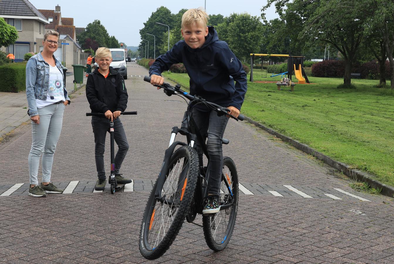 Nu nog gewoon op straat in Axel, Luca Verschuren op zijn BMX-fiets, op de achtergrond zijn moeder Hanneke en broer Senna.