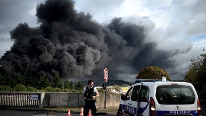 """Grote brand bij Sevesobedrijf in Franse Rouen: """"Het zal nog dagen duren voor hij volledig overwonnen is"""""""