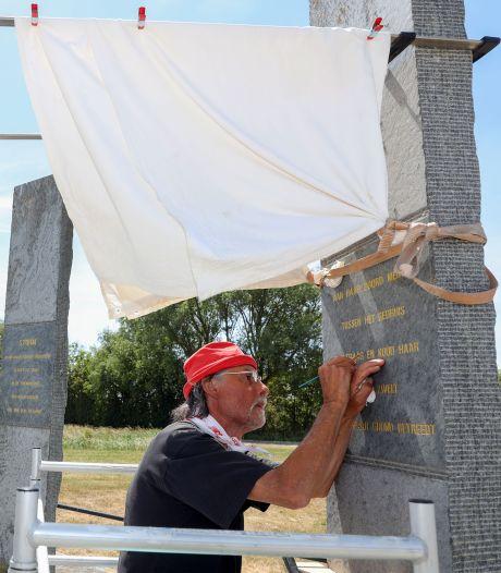 Gouden letters weer zichtbaar op Watersnoodmonument bij Kruisdorp