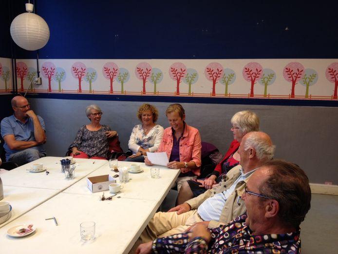 De groep toekomstige bewoners van De Kameleon in Den Bosch met woordvoerster Mirjam van de Wiel aan het woord.