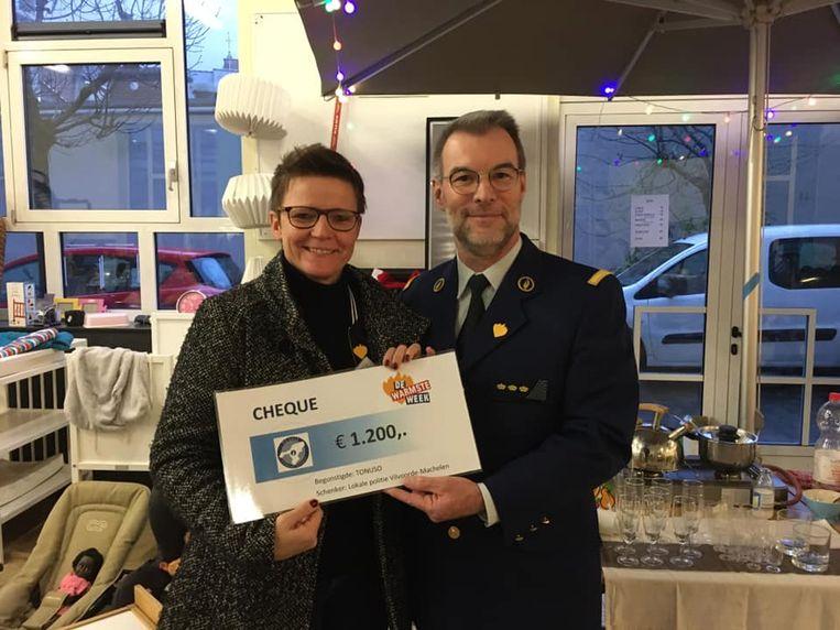 Korpschef VIMA schenkt cheque van 1.200 euro.