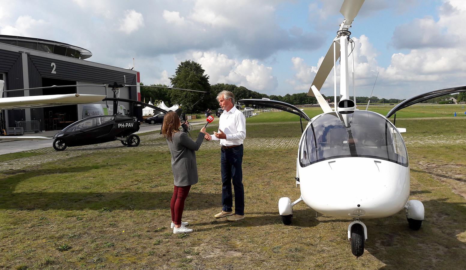 Verslaggeefster Saminna van den Bulk met directeur George Tielens bij een gyrocopter.