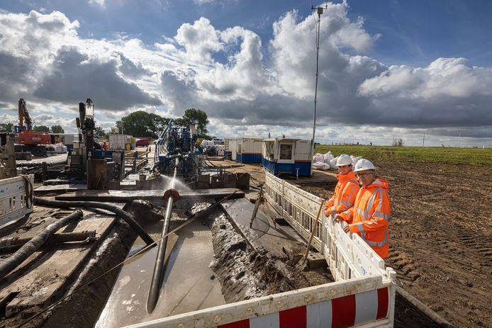 Links omgevingsmanager Kjell-Erik Prins en rechts projectleider Jan Souwman, op de plek waar de waterleiding weer uit de grond moet komen.