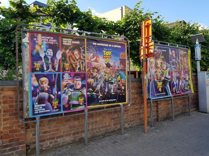 Ook in Halle zijn affiches van het Brussels reclamebureau op de aankondigingsborden geplakt. Op de foto de panelen aan 't Vondel. De reclame wordt trouwens ook in het Frans gemaakt.