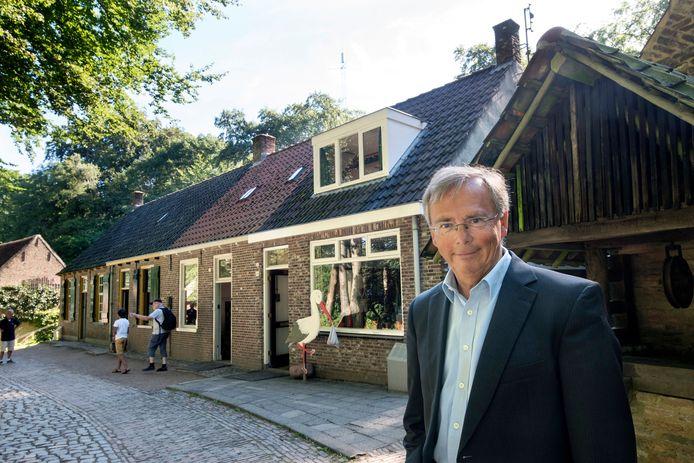 Directeur Willem Bijleveld bij de Tilburgse huisjes in het Nederlands Openluchtmuseum.