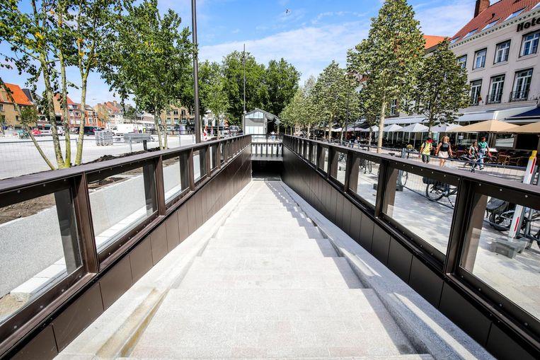 De ingang tot de ondergrondse fietsenparking op 't Zand, die nu al open is.