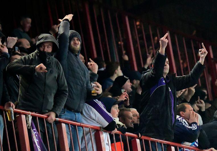 Anderlecht-fans zijn furieus in Luik. De match wordt even later gestaakt wegens vuurprojectielen op het veld. Beeld Photo News