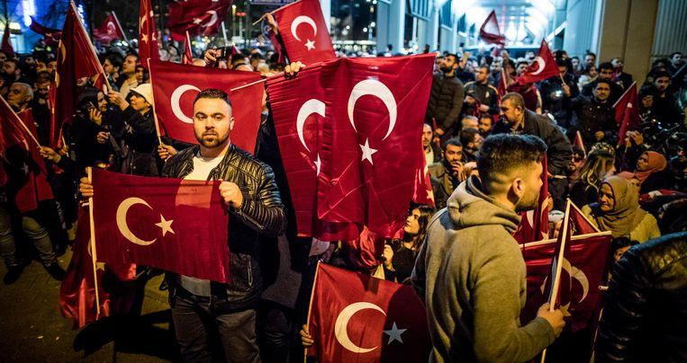 Demonstranten bij het Turkse consulaat in Rotterdam. Beeld Freek van den Bergh / de Volkskrant
