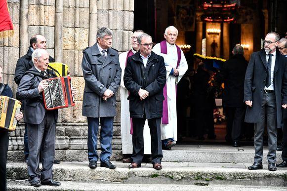 Voormalig concurrenten Bernard Thevenet en Bernard Hinault droegen Poulidor de kerk binnen.
