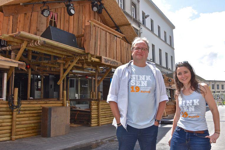 Programmator Marnix Theys en coördinator Sarah Vandenbroucke, in de uitgaansbuurt in de Reynaertstraat.