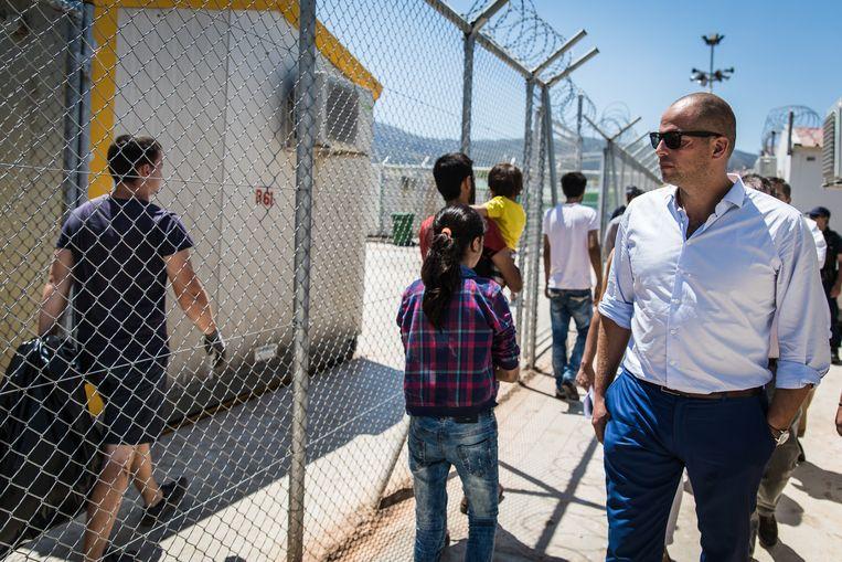 Staatssecretaris voor Asiel en Migratie Theo Francken bezoekt met zijn Griekse collega een gesloten centrum voor vluchtelingen op het eiland Kos. Beeld Jan Aelberts