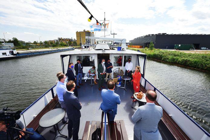 Demissionair minister Cora van Nieuwenhuizen op bezoek in Bergen op Zoom. Ze maakt met burgemeester Frank Petter en wethouders uit Roosendaal en Bergen op Zoom en de directeuren van Cargill en Sabic een rondvaart door de haven.