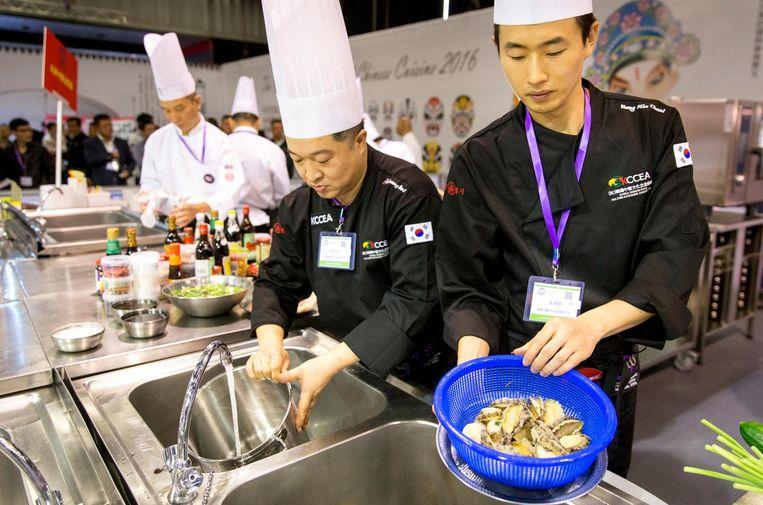 Chefs-teams prepareren hun producten en creaties voor het 8e wereldkampioenschap Chinees koken, de eerste editie die buiten Azië wordt gehouden. Beeld anp